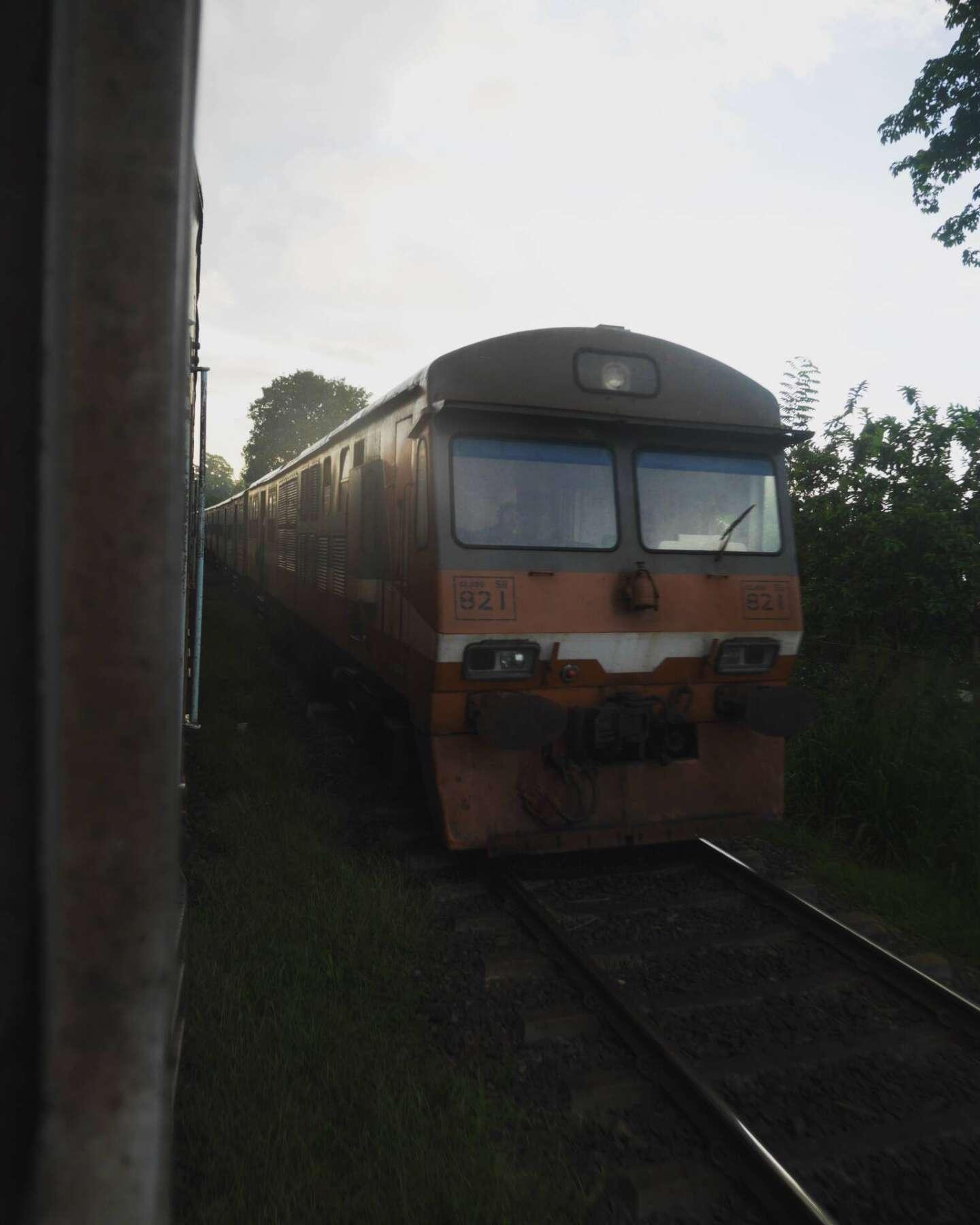 นั่งรถไฟไปสิกิริยา