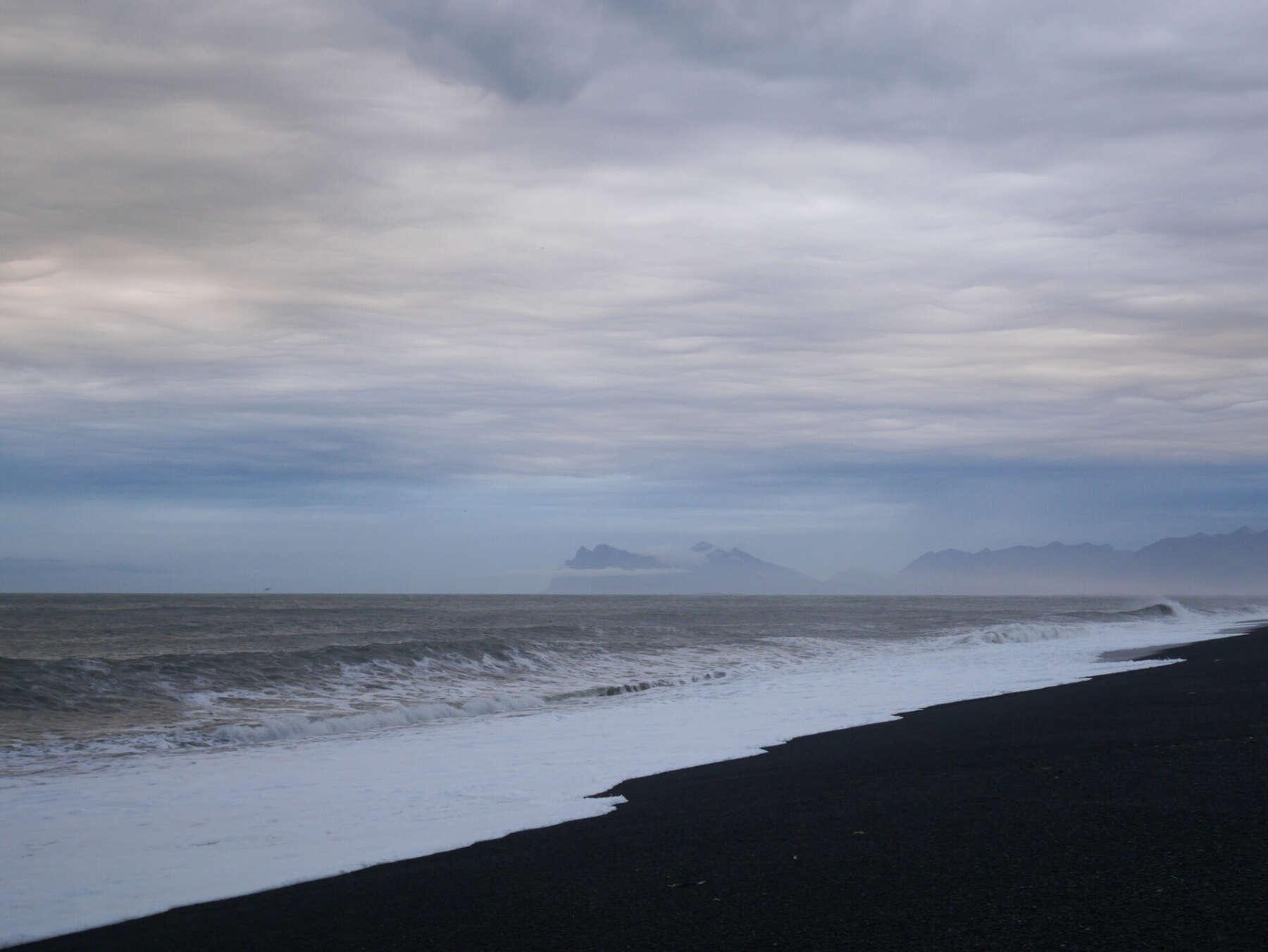 ชายหาดสีดำ (Black Sand Beach)